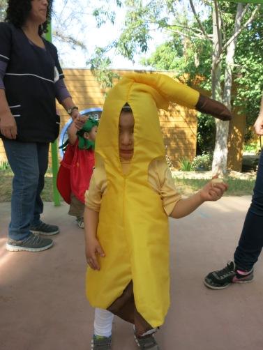 Eine laufende Banane, die gerade eine Banane isst